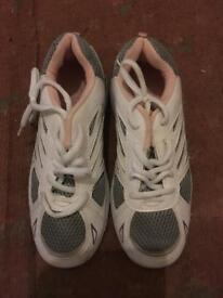 BRAND NEW GIRLS SIZE 4 TRAINERS FOR £5 ONLY LOOK!!!
