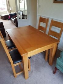Oak Dining Room Table & 4 Chairs - Extendable