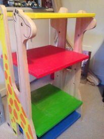 Children's bookshelf with a giraffe design