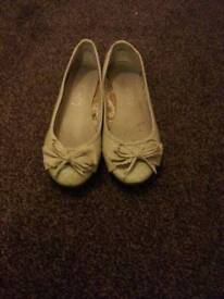 Womens ladies size 5 shoes comfortable cream