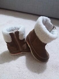Baby Girl Clarks winter boots size 6,5 G (UK), 23 (EU).