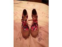 Ladys heel shoes,.