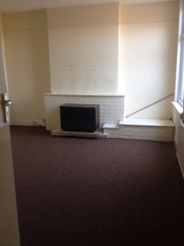 3 BED FLAT TO RENT IN NEWBURY PARK. HAS GARDEN AREA. 10 MINS WALK TO GANTS HILLSTATION. 1450PCM