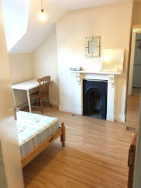 Double room available now, 5min walk to Clapham Junction Station *** no extra ***