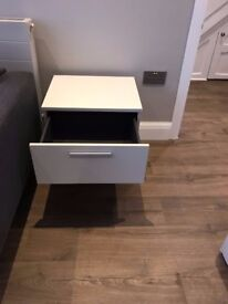 Very Good Condition: 2 White Lacquered Bed Side Table Night Stand with 2 Drawers H49.5xW50xD42.5cm