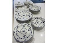 Royal Doulton Yorktown dinner set for 8 people/matching coffee set for 6 - excellent condition