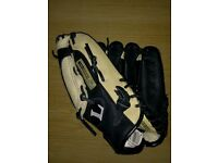 Louisvulle Slugger, Black & Cream Baseball Glove LS1203P