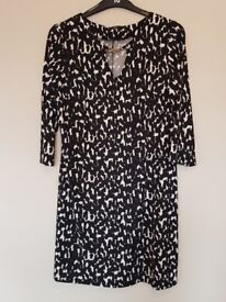 Ladies Black and White Printed Dress. 3/4 length sleeves Size 16. Worn Once.