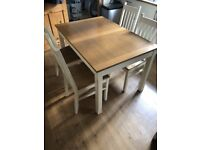 Kitchen/Dining Room table with 4 Chairs, and can extend to 6. Good condition, limited wear and tear
