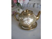 GIBSONS GOLD LUSTRE TEAPOT & STAND, 1940-55