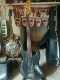 Fretless electric bass £175