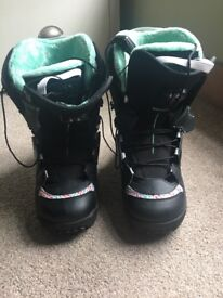 Women's snow board boots never used but no box BARGAIN!!