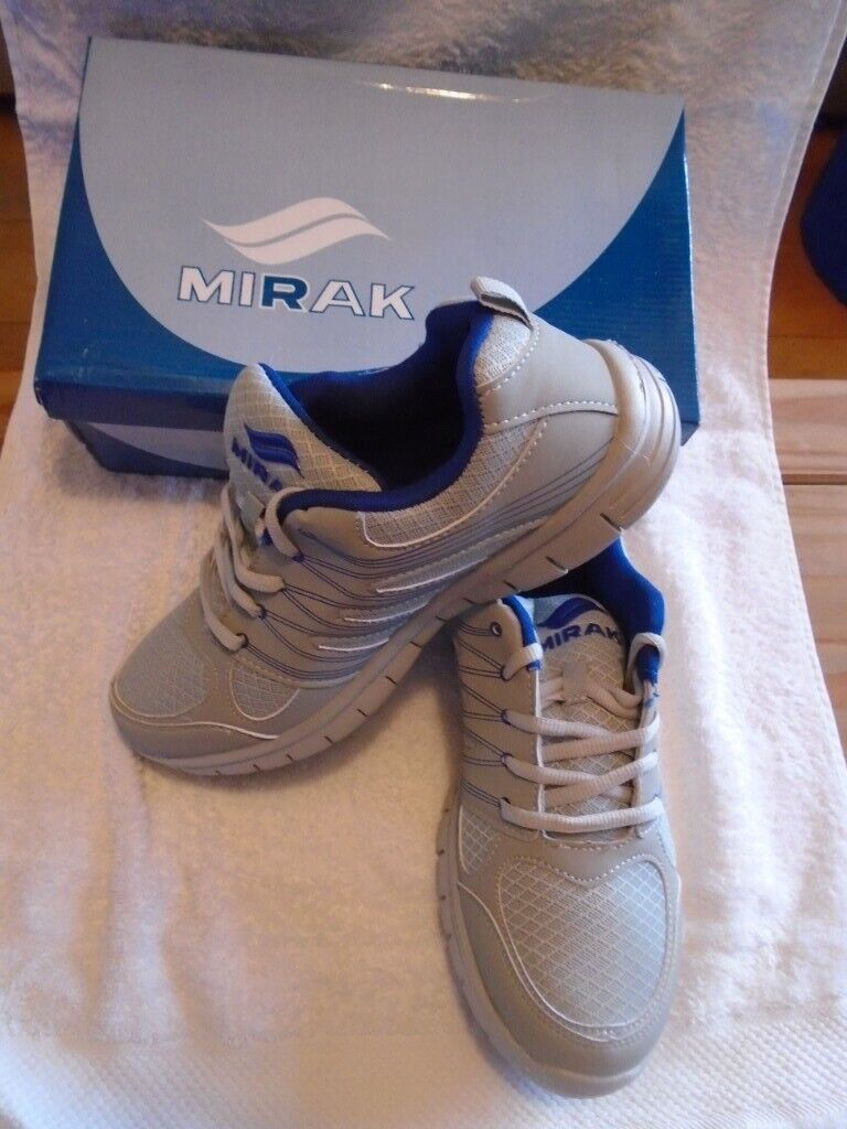 4a6dc37d190e MENS TRAINERS size 9 (brand new