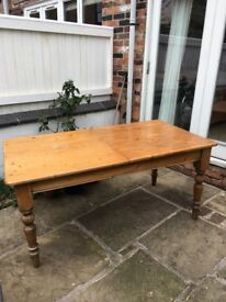 Extendible solid wood dining table