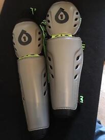 661 knee/shin pads, large