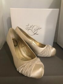 more photos 1bf53 17b8b Beautiful Ivory satin shoes from 5th Avenue by Halle Berry size 6 39 -  Nearly