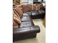 STUNNING BROWN LEATHER CORNER SOFA COMPLETE WITH SCATTER CUSHIONS