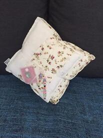 BED SCATTER CUSHION SOFA WHITE 2 CUSHIONS BOW FLORAL SHABBY CHIC BEADED PINK BEDROOM LOUNGE !!