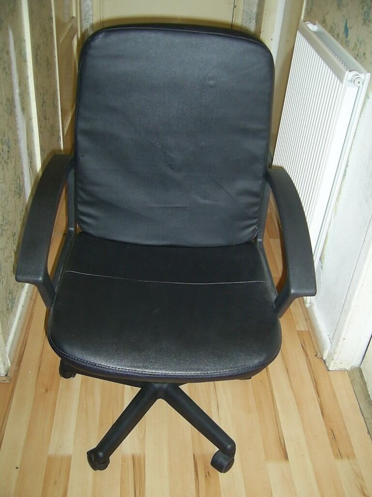 CHAIR COMPUTER CHAIR IN BLACK LEATHER FOR HOME,OFFICE OR WORKPLACE VERY GOOD CHAIRin Coventry, West MidlandsGumtree - Chair computer chair in black leather.Medium size no scratches or damage.For home,office or workplace.In very good condition.From a pet and smoke free home.Collection in CV3 area.Any question on 07574335283