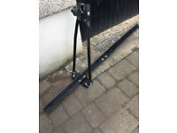 Roof bar mounted single cycle carrier