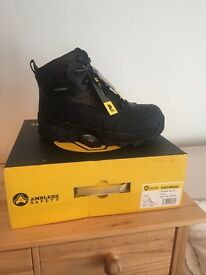 Brand New and Boxed Men's Safety Workboots Size 9