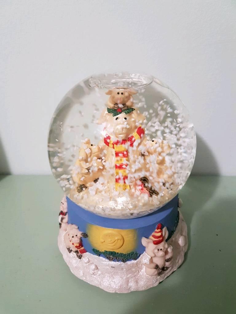 Piggin winter musical snow globe