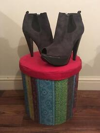 Grey suede boots never worn ! SIZE 5