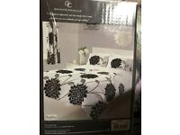 King Size Complete Bed Set. includes:- 1 Duvet Cover, 2 pillow cases, 1 fitted sheet