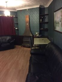 VERY LARGE 2 BED FLAT IN NEWBURY PARK £1400 - PART DSS WELCOME.