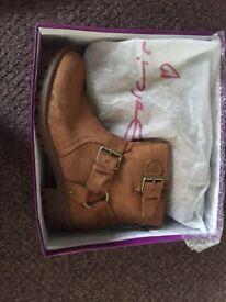 Women's Dolcis Davis size 7 tan boots