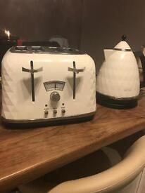 DeLonghi white toaster and kettle