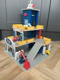 Wooden car garage toy - Excellent condition