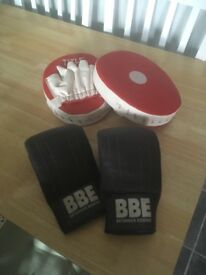 Boxing bag gloves with pads