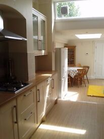 Nice room in Wimbledon/Southfield, 4 mins walk from tube, quiet clean house, all bills included