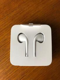 Apple EarPods with Remote, Mic and Lightning Connector- White