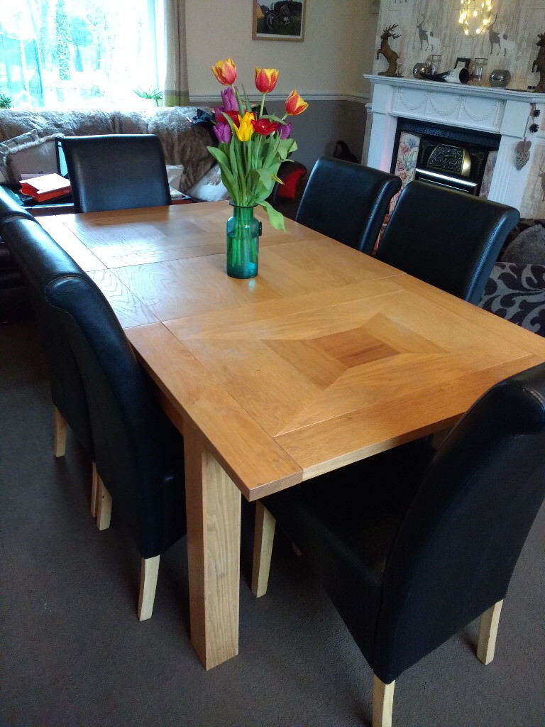OAK EXTENDABLE DINING TABLE AND SIX CHAIRS 40