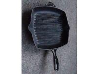 LE CREUSET SIGNATURE CAST IRON SQUARE GRILLIT PAN IN BLACK
