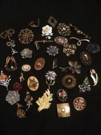 BROOCHES x 38