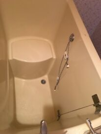 Upright bath/shower