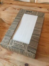 1 full pack, 2 single tiles and oddments of large white tiles. Approx 40 x 24.5 cm
