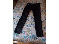 A PAIR OF KAREN MILLEN SKINNY JEANS, BLACK SIZE 10, LEG LENGTH 28 in IN GOOD CONDITION.