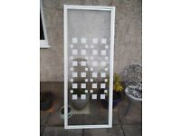 Shower screen door with pattern safety glass