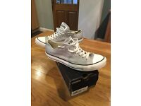 Converse ox grey in size 9.
