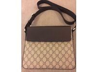Gucci GG Supreme Messenger Bag unisex. 6 WEEKS OLD!