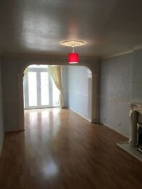 * Beautiful 4 bed house with garden and parking IG7 5JU (only 2 weeks deposit)