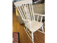 A STUNNING SHABBY CHIC SOLID BEECH ROCKING CHAIR WITH LOVELY FIDDLE DESIGN TO THE CENTRE BACK