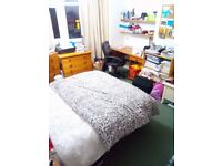 Large bedroom available in 3-bedroom house near to bus stops, supermarket and the University of York