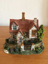BEAUTIFUL COUNTRY COTTAGE ORNAMENT-NEW