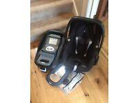 Maxi-Cosi car seat (Pebble), isofix base, newborn wedge/insert, rain cover and mirror (Munchkin)