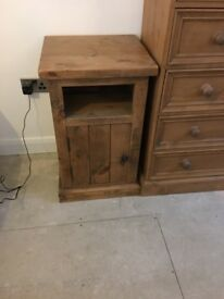 Solid oak bedroom furniture 2x chest of drawers 1x bedside cabinet
